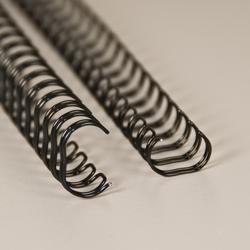 Mustat metallikamman (wire-o) pätkät