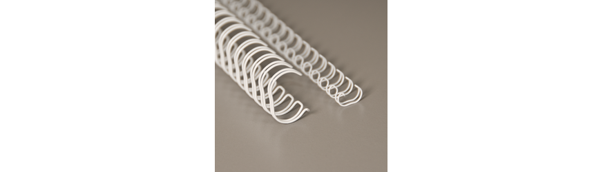 Valkoinet metallikamman (wire-o) pätkät